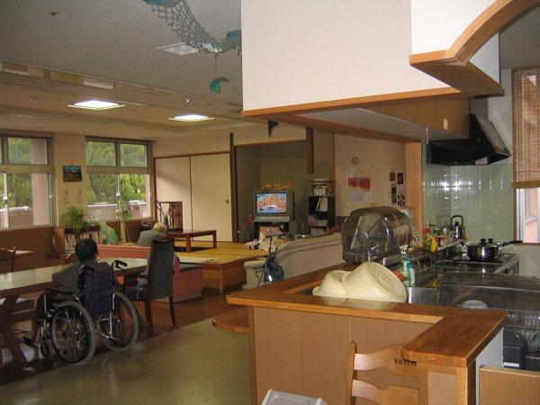 台所と食堂・居間の共有スペース